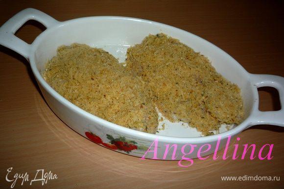 Выложить филе в форму для запекания, предварительно слегка смазанную растительным маслом.