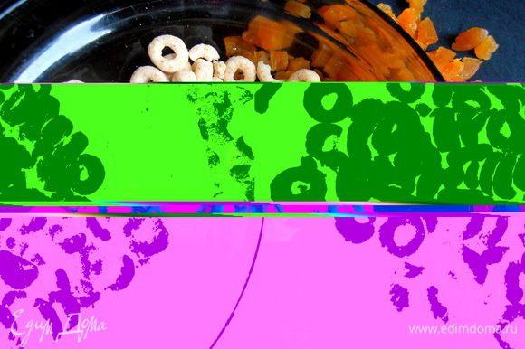 Ещё нужны нам вот такие колечки из сухих завтраков или любое печенье в крошке для впитывания лишней влаги при выпекании...