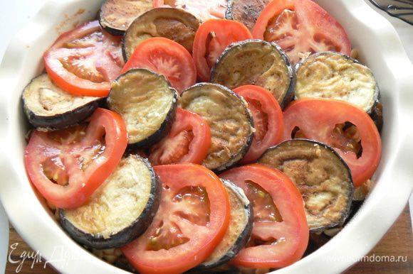 На баклажанно-макаронный слой выложить кружочки баклажанов с помидорами.