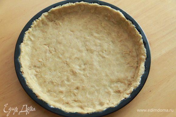 Разогреть духовку до 200*С. Слегка смазать форму для пиццы. Сформировать тесто в шар, затем выложить в форму для пиццы. Слой теста будет тонким.