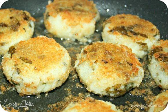 Обваляйте в сухарной панировке и обжарьте с двух сторон до золотистого цвета. Выложите на тарелку и накройте крышкой.