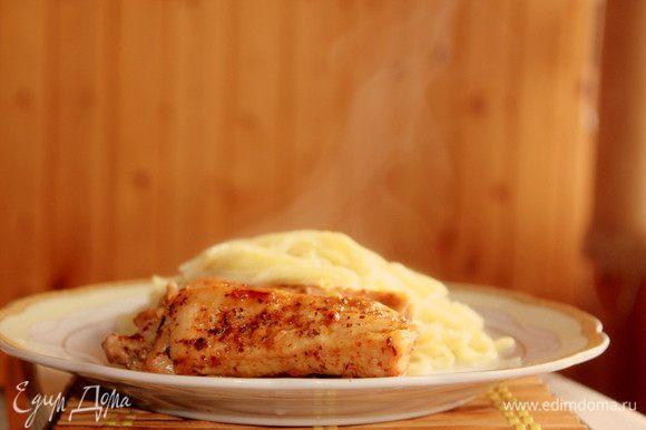 Спагетти отварить в большом количестве подсоленной воды. Подавать спагетти со свиными ребрами горячими.