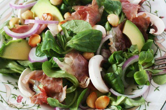 Подготовленные овощи и орехи выложить на тарелки, добавить ветчину