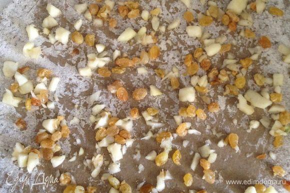 Раскатать тонко тесто, посыпая все той же ржаной мукой, выложить измельченные яблоки и изюм.