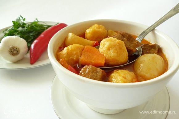 Добавляем к мясу с уже почти готовым картофелем томатную заправку и затем клецки,тушим еще 10 минут с приоткрытой крышкой,клецки должны всплыть.Затем выключить огонь и дать блюду настояться еще минут 10-15.Все,можно приступать к трапезе.По желанию в тарелку с гуляшом можно добавить нарезанную зелень,добавить еще чесночка.Приятного вам аппетита!