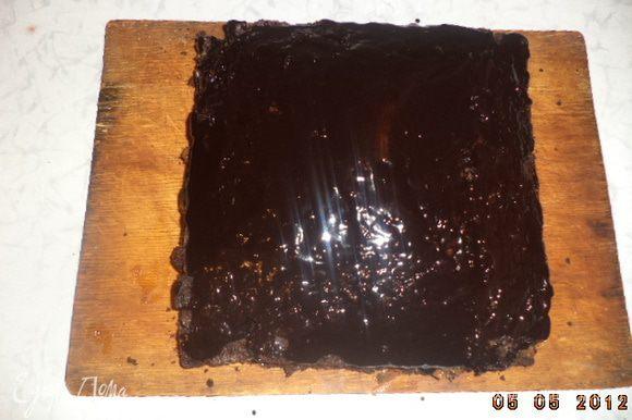 100 г чёрного шоколада и 50 г слив. масла растопить на водяной бане, слегка остудить и полить брауни.