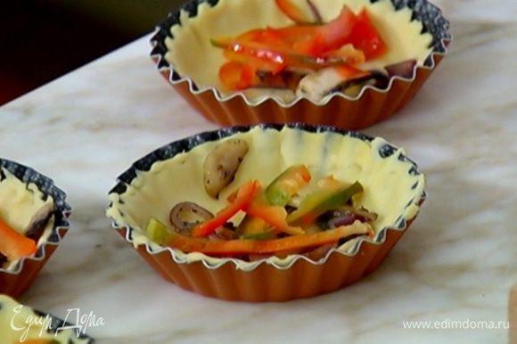 На тесто выложить грибы с луком, сладкий перец и спаржу.