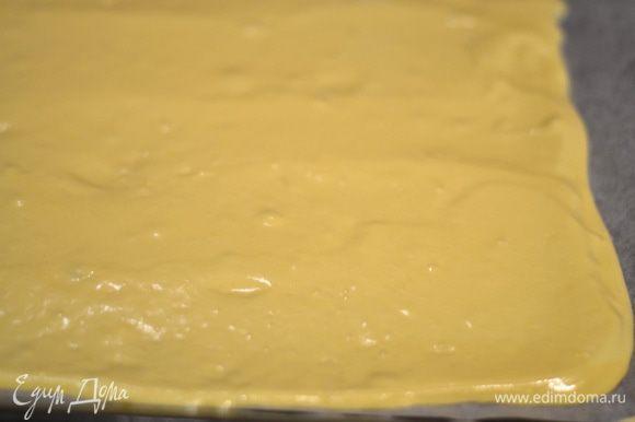 Выливаем тесто на противень, застеленный пергаментом, выравниваем и выпекаем в разогретой духовке до 180 гр. минут 20.