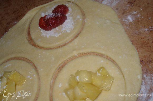 Тесто разделить на несколько частей. Раскатать в пласт толщиной мм.5, вырезать кружочки. Положить начинку... яблочную и клубнику с сахаром.