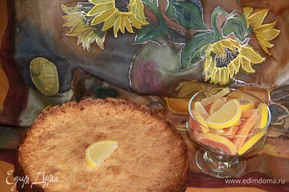 Дать торту остыть на решетке. Верх пирога посыпать сахарной пудрой.