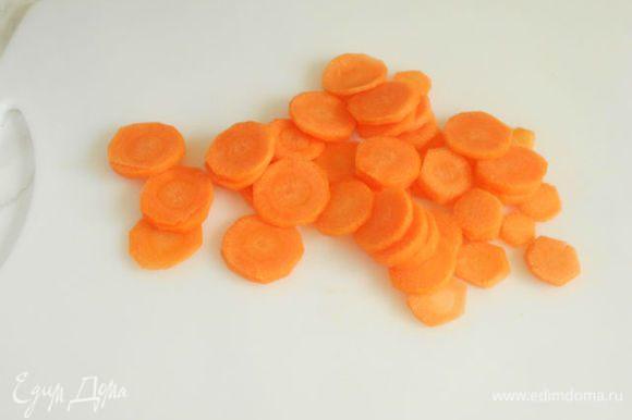 Морковь и зелёный лук очистить, вымыть и нарезать кусочками.Морковь лучше нарезать соломкой, тогда не надо будет разминать вилкой при добавлении кускуса.