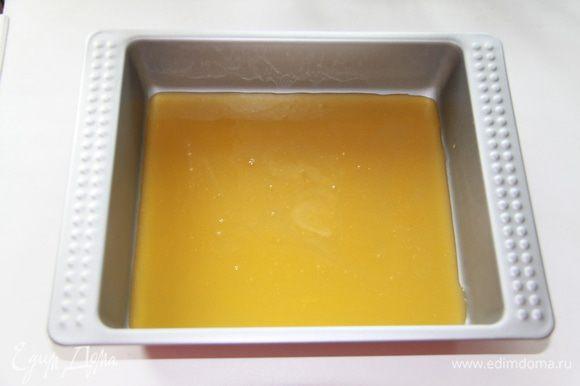 Приготовить форму, в которой вы будете выпекать булочки; у формы должны быть достаточно высокие края, размер примерно 25Х30 см. Вылить в форму для запекания мёд с маслом.