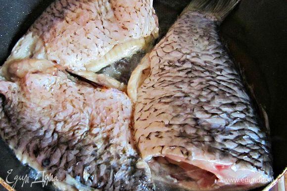 В разогретом оливковом масле поджарить рыбу с обеих сторон до золотистой корочки и переложить на тарелку.