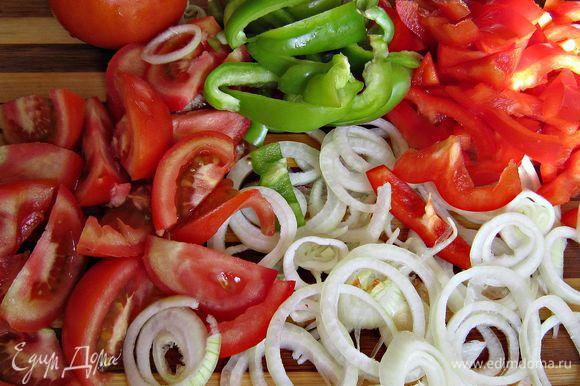 Репчатый лук очистить, нарезать кольцами. Перцы очистить от семян и нарезать соломкой. 3 помидорки нарезать дольками, а 2 другие нарезать кружочками.