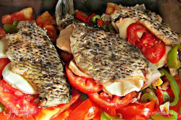 """Выложить рыбу на овощную """"подушку"""" и запекать в разогретой до 180 гр духовке 20 - 30 мин."""