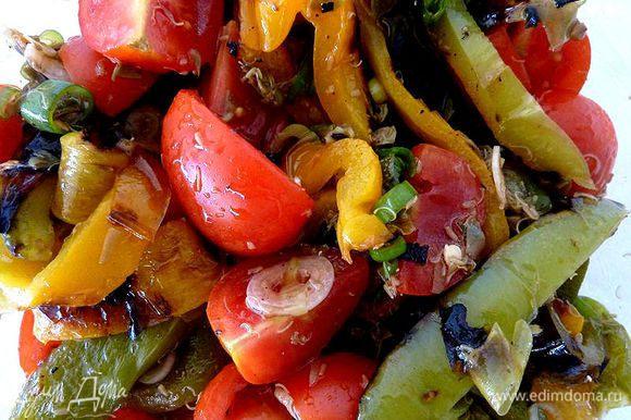 Разрежьте перцы на тонкие полоски. В средней миске смешать перец, помидоры, каперсы, уксус и масло. Приправить солью и перцем.
