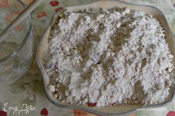 Сверху выложить сахар. А затем приготовленную муку с орехами . Поставить в духовку на 45 мин.