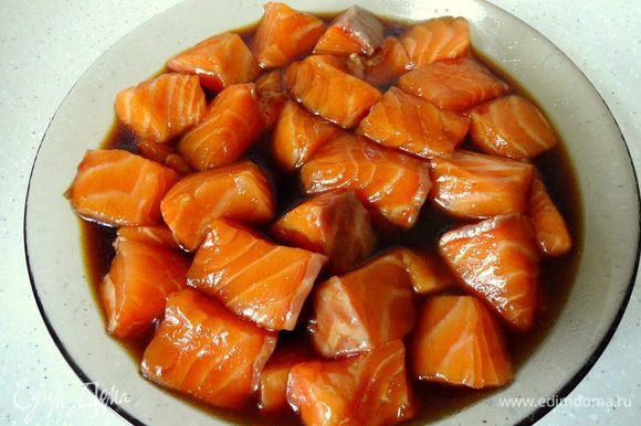 Смешать соевый соус, сахар, соль и залить маринадом кусочки рыбы. Оставить мариноваться на 1 час.