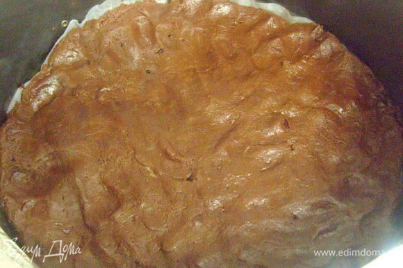 Духовку разогреть до 180 гр. Форму диаметром 20 см (у меня была 22 см и этого явно не хватило для нужной высоты десерта) выстелить бумагой для выпечки, слегка смазать маслом. Выложить тесто в форму. Тесто получается дотаточно густым и липким, поэтому распределить тесто по форме слегка смоченными руками. Поставить в духовку на 15-20 мин.