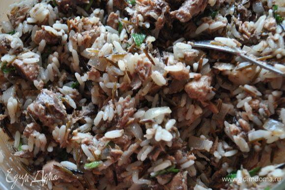 Рис отварить согласно инструкции на упаковке. На оливковом масле обжарить мелко порезанный лук. Тунец размять вилкой вместе с небольшим количеством жидкости. Добавить к обжаренному луку тунец, вареный рис, посолить и поперчить по вкусу, перемешать.