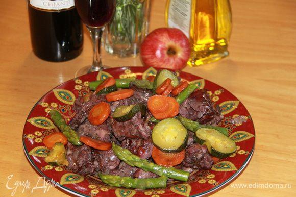 Выложить мясо с овощами на тарелку и посыпать петрушкой. (про петрушку я благополучно забыла)