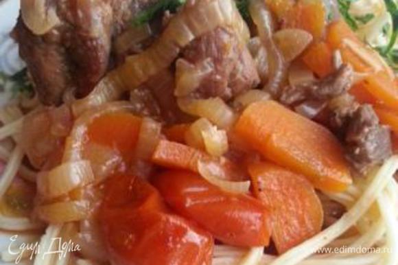 В конце ваше мяссо приобретет более темный оттенок, соус загустеет. Мелко нашинкуйте зелень кинзы и доваляйте порционно на тарелки. На гарнир идеально подойдет отварной молодой картофель, свежие овощи и даже спагетти. Я большая любительница макаронных изделий, поэтому мой выбор очевиден.