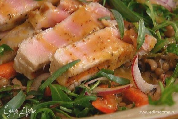 Тархун измельчить руками и посыпать салат.