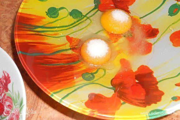 В миску вбить яйца, добавить ванильный сахар и соль, взбить венчиком.