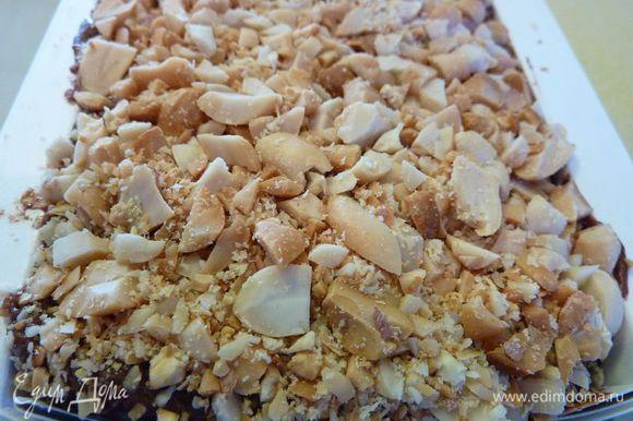 Аккуратно ввести взбитые сливки. Вылить в подготовленную форму, сверху присыпать быстро арахисом. Заложить вощеную бумагу сверху и завернуть плотно в пластик. Зафиксировать и замораживать, по крайней мере 3 часа.