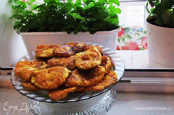 Оранжевая мякоть тыквы придает оладушкам насыщенный желтый цвет. Оладушки очень вкусны с творожным кремом и сгущенкой.