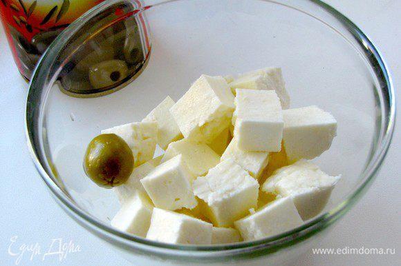 Сыр нарезать небольшими кубиками, размером с оливку.