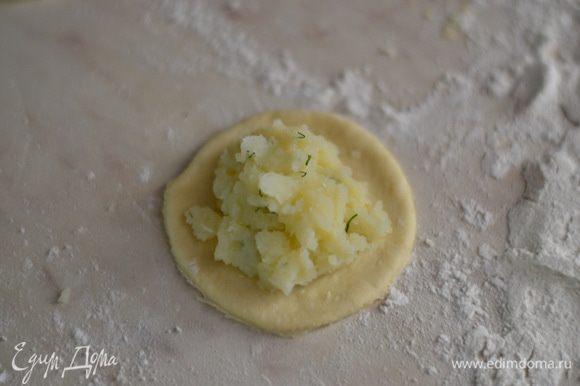 кладем картофельную начинку, так же все проделываем и с мясной,