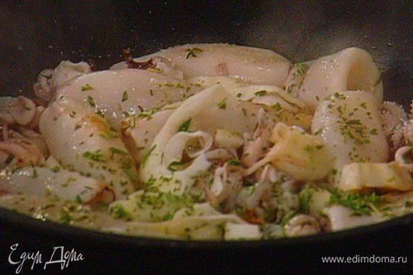 На той же сковородке обжарить кальмары на оливковом масле с добавлением тимьяна, петрушки в течении нескольких минут, посолить, поперчить, сбрызнуть соком лимона.
