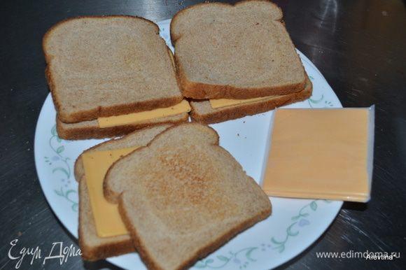 На хлеб выложить пластинки сыра ,закрыть вторым кусочком хлеба и поставить в микроволновку на 30 сек.