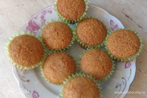 Сделать тесто для кексов: взбить масло с сахаром, добавить по одному 3 яйца, ванильный сахар. муку и разрыхлитель и все как следует перемешать. Получатся вот такие кексики.