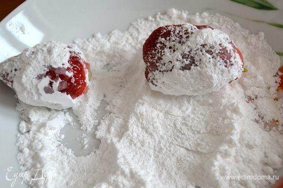 А дальше действовать надо по схеме: промыть клубнику, удалить зеленые листики, и еще влажными обвалять ягоды сначала в сахарной пудре...,