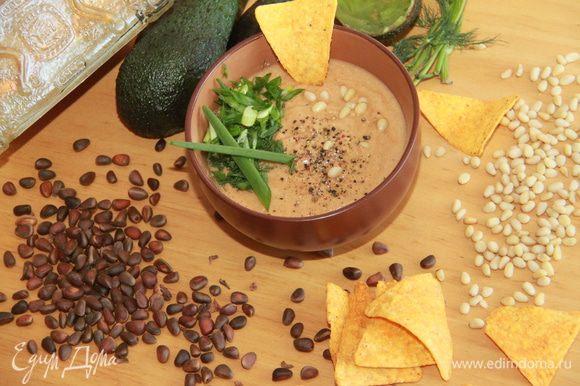 Добавить нарезанную зелень и дать настояться минут 15. Подавать с начос или гренками.