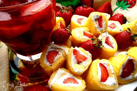 К Сангрии можно подать рулетики из сыра и творога (http://www.edimdoma.ru/retsepty/55628-syrnye-ruletiki-s-letney-nachinkoy-vkus-leta)