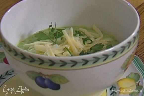 Разлить суп-пюре по тарелкам, присыпать натертым сыром и измельченной зеленью.
