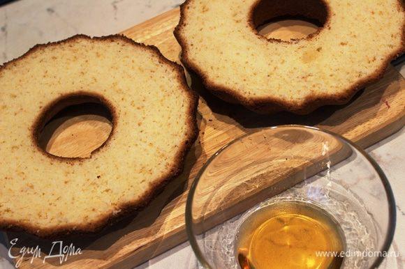 Остывший кекс очень хорошо отстает от стенок формы. Выложить его из формы и разрезать вдоль на две части длинным ножом. Нижнюю часть пропитать сиропом (1/2 часть сиропа)