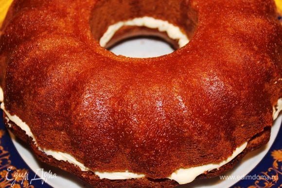 Накрыть верхней частью кекса и пропитать ее оставшимся сиропом