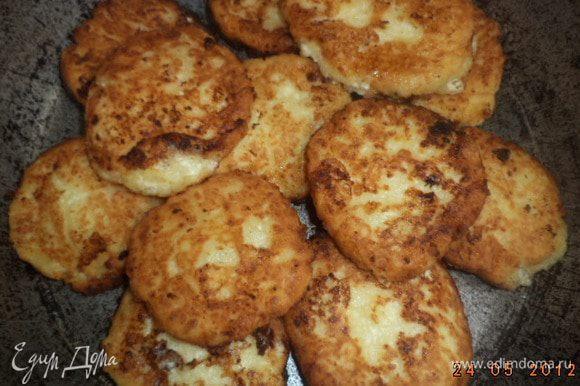 Обжарить сырники на сковороде в разогретом раст. масле с двух сторон до золотистого цвета.