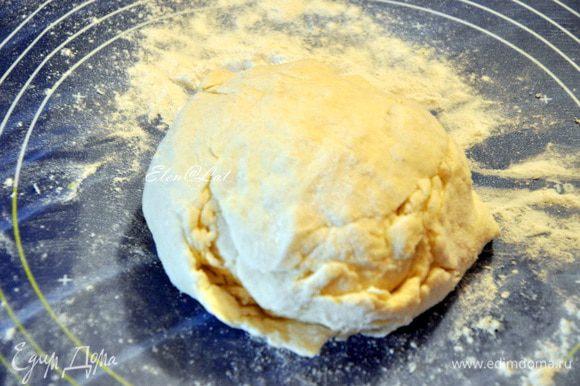Ингредиенты для теста смешать и замесить мягкое эластичное творожное тесто. Убрать в холодильник на час.