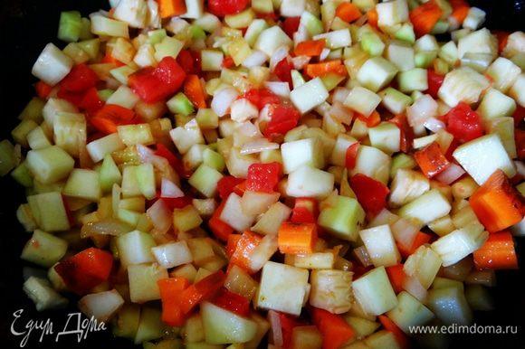 На разогретой сковороде обжарить лук (до прозрачного цвета!), добавить все овощи. Их нужно пассеровать буквально парочку минут. Выделится сок от помидора - не переживайте, он чудесно пропитает кекс и придаст ему шикарный цвет. Ах, этот превосходный аромат: перчик, лучок, морковка.. Лишь ради этого божественного запаха стоит испечь овощной хлеб ;-)