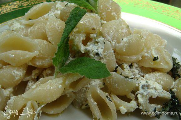 макароны сбрызгиваем маслом, добавляем соус, выкладываем на тарелку. Подаем с свежей мятой. Bon appétit