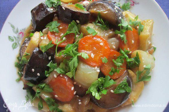 Для заправки смешать соевый соус с мёдом, полить овощи и оставить тушиться на 5 минут. При подаче посыпать семенами кунжута и петрушкой. Приятного аппетита!