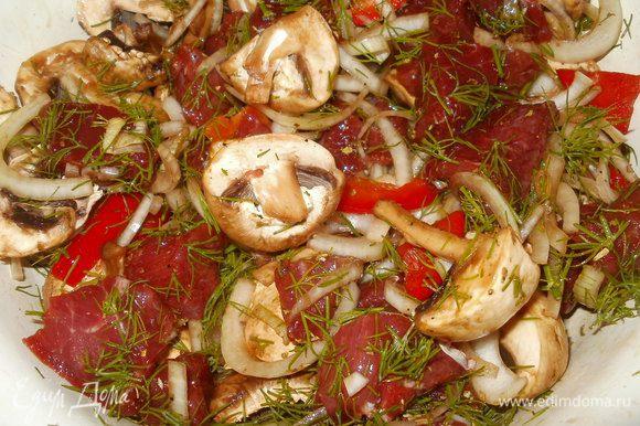 Смешиваем грибы, перец, лук, мясо, укроп, добавляем белый перец молотый, орегано, кориандр, сушеный чеснок, соевый соус. Всё хорошо перемешиваем, накрываем крышкой и оставляем мариноваться на 30 минут.