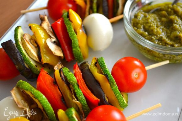 В качестве сопровождающего соуса взбить в блендере листья петрушки с соком лимона, каперсами, зубчиком чеснока и оливковым маслом. Добавить соль и перец по вкусу. Подавать с овощными шашлычками.