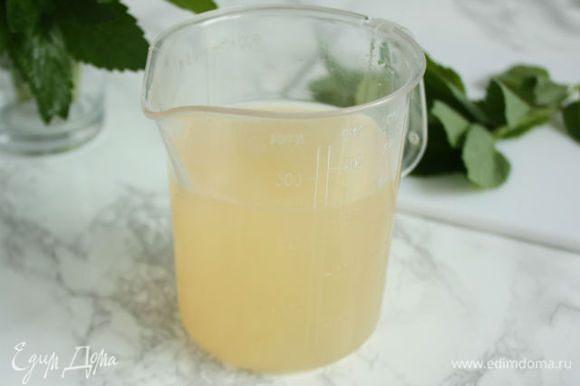Собранную жидкость слейте в мерную кружку- это важно! На 600 мл сока необходимо брать 450 г сахара.