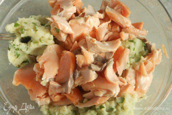 Добавьте кусочки рыбы и осторожно перемешайте, стараясь не раскрошить их.